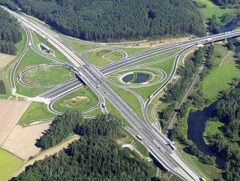 Die Luftaufnahme zeigt das Autobahnkreuz Oberpfälzer Wald (A6/A93) bei Wernberg-Köblitz in der Oberpfalz (undatiertes Handout). Eine der wichtigsten Verkehrsrouten zwischen Deutschland und Tschechien wird von heute an erstmals ohne Einschränkungen befahrbar sein. Der Bundesverkehrsminister und der bayerische Innenminister gaben heute den Neubau der Autobahn A6 zwischen dem neuen Autobahnkreuz Oberpfälzer Wald und dem Grenzübergang Waidhaus für den Verkehr frei. Foto: Autobahndirektion dpa/lby +++(c) dpa - Report+++